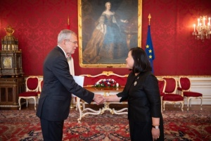 Ambassador Morakot Sriswasdi presents the Letters of Credence to the Federal President of Austria